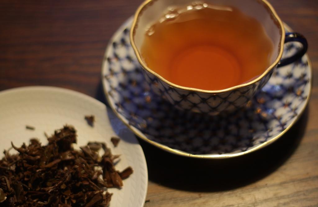 Jun Chiyabari, ekologiskt te från Nepal i rysk tekopp och blad svart te på fat