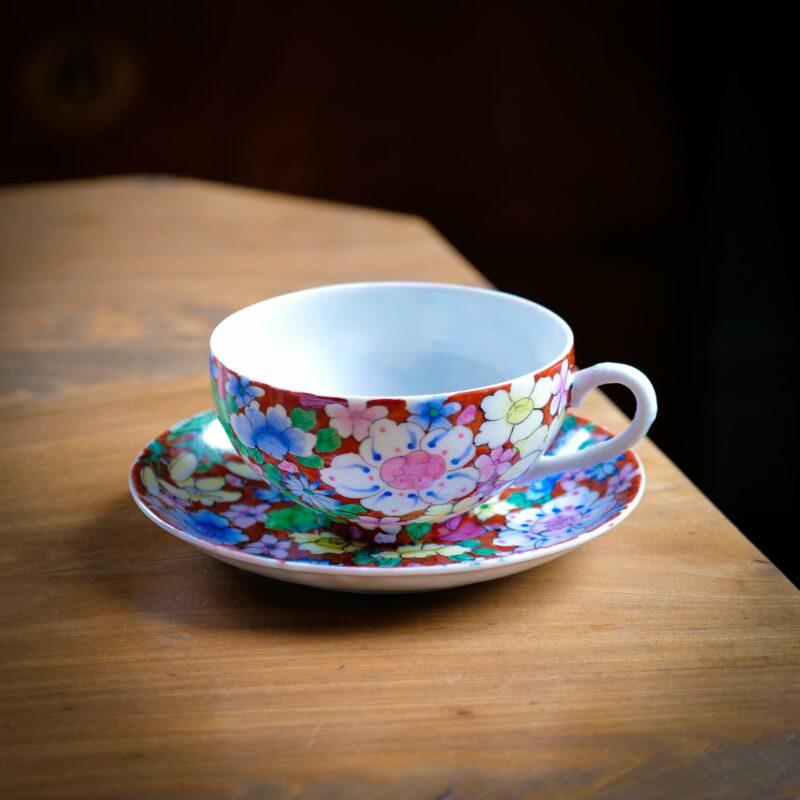 färggrann, blommig tekopp i asiatisk stil