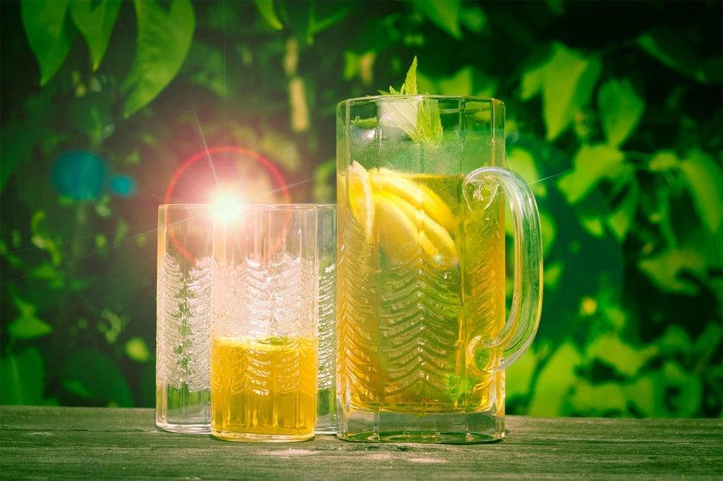 Iste - glas och kanna i sommarmiljö