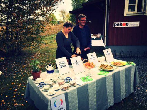 Mats och Ester på provsmakning av te. Foto: Leif Eriksson.