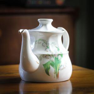 Tekanna med liljekonvaljemönster från Ellgreave pottery